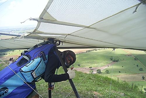 Esportista se prepara para saltar dos Três Morrinhos (Crédito: Carlos Sica)