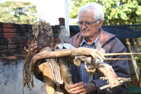 Barbosa com escultura criada em homenagem a filha e a neta (Crédito: David Arioch)