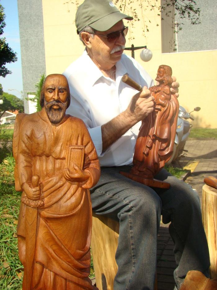 Artesão é especialista em esculturas de madeira (Foto: David Arioch)