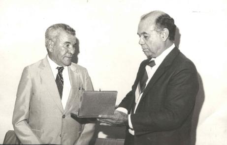 Bem Bem sendo homenageado pelo prefeito Benedito Pinto Dias nos anos 1980 (Foto: Acervo Familiar)