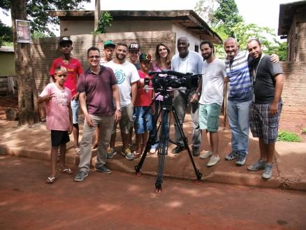 Tio Lú, alguns garotos da oficina e a equipe do Encontro com Fátima Bernardes (Foto: David Arioch)