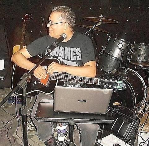 Com a camiseta dos Ramones, uma das bandas preferidas desde os anos 1980 (Foto: Acervo Pessoal)