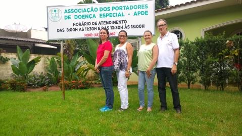 Na foto, a equipe da APDE que faz a diferença na vida de muita gente em Paranavaí (Foto: David Arioch)