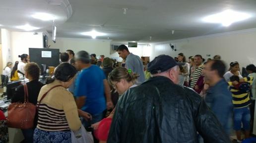 Por volta das 8h30, uma fila espontânea se forma no fundo da primeira e principal sala de espera (Foto: David Arioch)