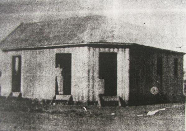 Casa Faber, fundada em Paranavaí, no Noroeste do Paraná, pelocomerciante Carlos Faber em 1944.Quando ainda vivia em Rolândia, no Norte Pioneiro do Paraná, opioneiro, que na juventude cruzou mares a bordo de uma canoa, saía à noite ou de madrugada a pé para buscar mercadorias em Londrina. À época, atravessava a mata com um saco apoiado nas costas (Acervo: Fundação Cultural de Paranavaí)
