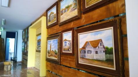 Uma das paredes do museu está abrigando quadros que ajudam a contar a história de Paranavaí (Foto: David Arioch)
