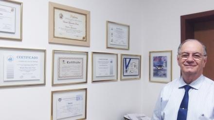 Escritor ladeado por alguns de seus certificados de premiação (Foto: David Arioch)